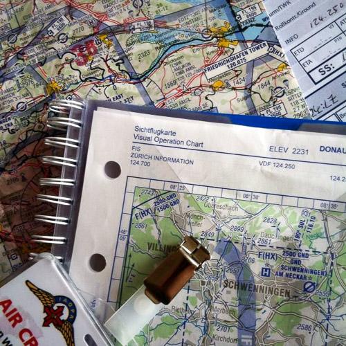Utensilien der Flugvorbereitung auf einem Tisch