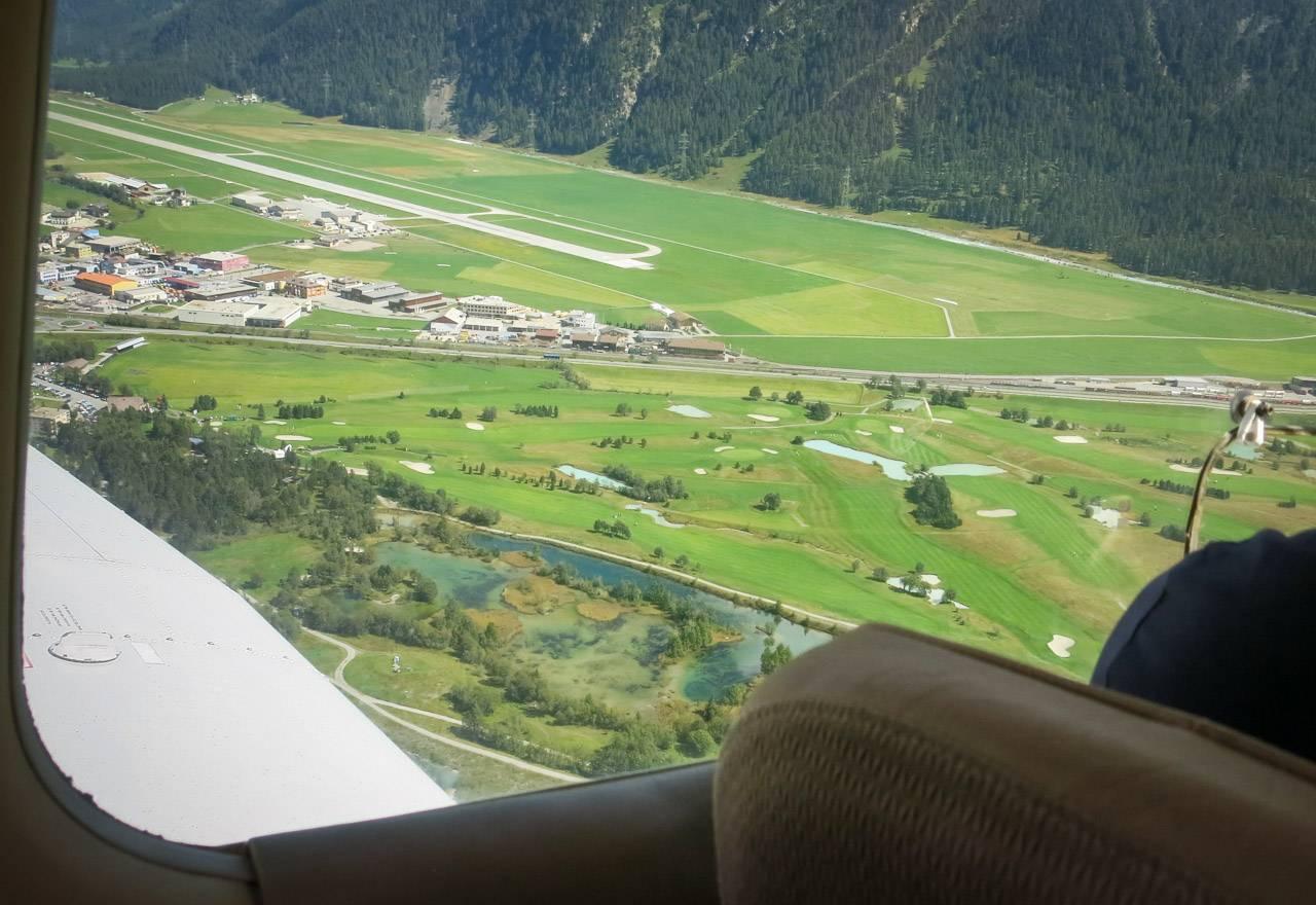 Piper PA28-161 im Queranflug auf den Flughafen Samedan LSZS